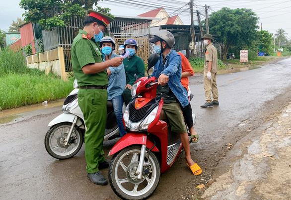 Nhiều ngành ở Đồng Nai chưa muốn cho lao động tự đi xe từ TP.HCM vào - Ảnh 1.