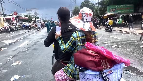 Người phụ nữ ôm bụng bầu 8 tháng cùng chồng về quê bằng xe đạp và cái kết có hậu - Ảnh 1.