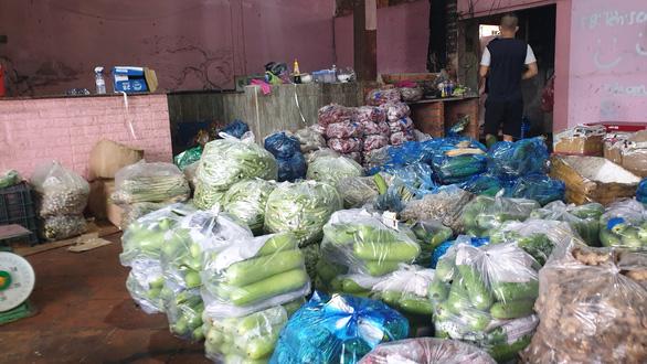 Mua bán quanh chợ đầu mối vẫn nhộn nhịp, tiểu thương chưa mặn mà với mở chợ truyền thống - Ảnh 3.