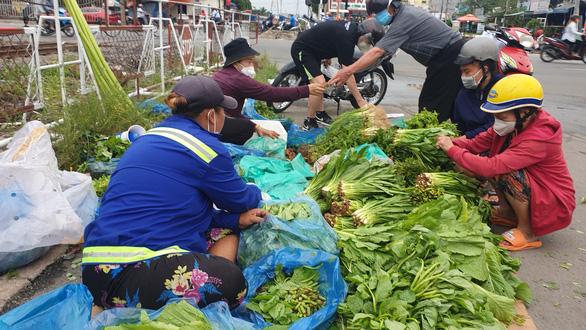 Mua bán quanh chợ đầu mối vẫn nhộn nhịp, tiểu thương chưa mặn mà với mở chợ truyền thống - Ảnh 7.
