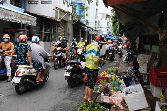 Mua bán quanh chợ đầu mối vẫn nhộn nhịp, tiểu thương chưa mặn mà với mở chợ truyền thống - Ảnh 8.
