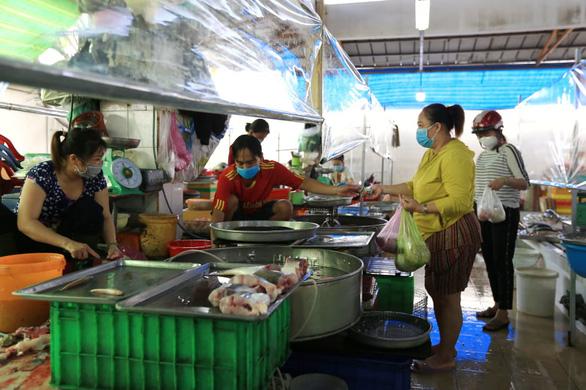 Mua bán quanh chợ đầu mối vẫn nhộn nhịp, tiểu thương chưa mặn mà với mở chợ truyền thống - Ảnh 9.