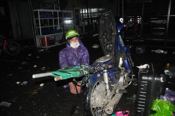 Hàng ngàn người vẫn ùn ùn ở hai bên đèo Hải Vân trong đêm mưa - Ảnh 9.