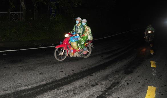 Hàng ngàn người vẫn ùn ùn ở hai bên đèo Hải Vân trong đêm mưa - Ảnh 10.