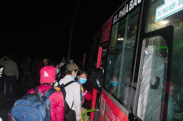 Hàng ngàn người vẫn ùn ùn ở hai bên đèo Hải Vân trong đêm mưa - Ảnh 2.