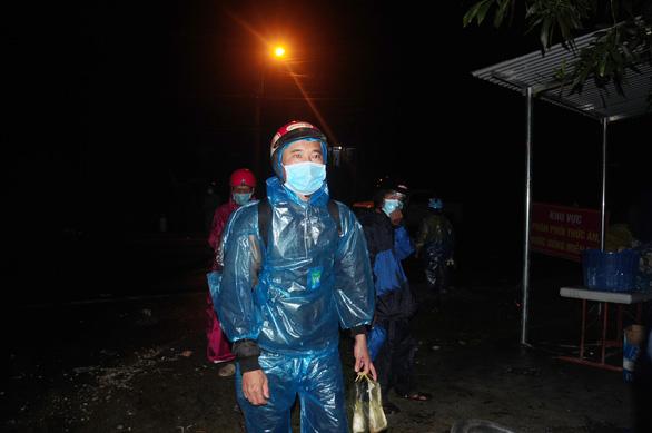 Hàng ngàn người vẫn ùn ùn ở hai bên đèo Hải Vân trong đêm mưa - Ảnh 4.