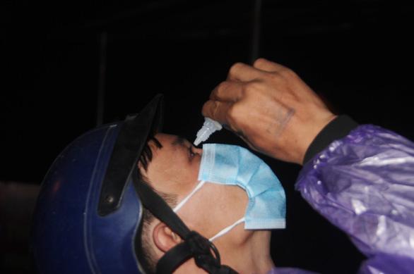 Hàng ngàn người vẫn ùn ùn ở hai bên đèo Hải Vân trong đêm mưa - Ảnh 5.