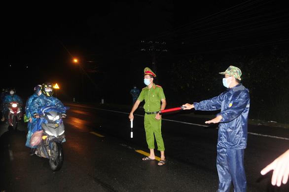 Hàng ngàn người vẫn ùn ùn ở hai bên đèo Hải Vân trong đêm mưa - Ảnh 6.