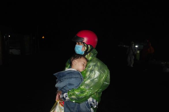 Hàng ngàn người vẫn ùn ùn ở hai bên đèo Hải Vân trong đêm mưa - Ảnh 8.