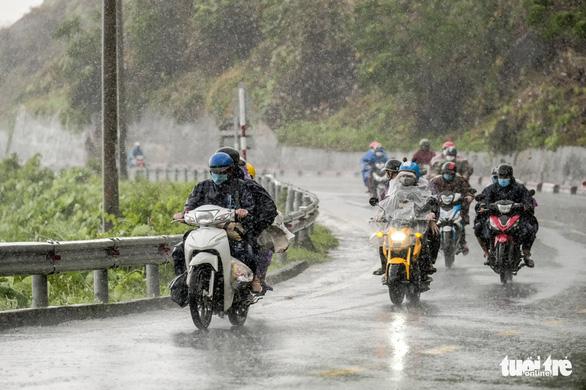 Thủ tướng yêu cầu đảm bảo an toàn cho người dân về quê khi bão, mưa lũ - Ảnh 1.