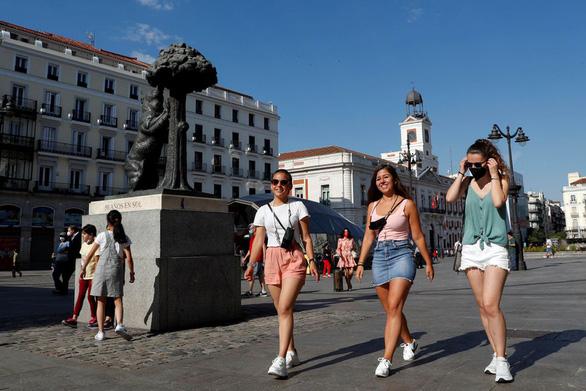 Tây Ban Nha lì xì mỗi người trên 18 tuổi 400 euro tiêu xài - Ảnh 1.
