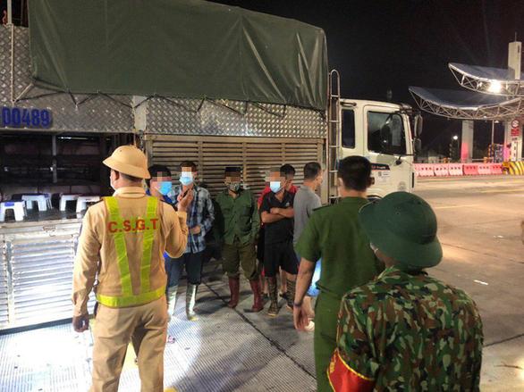 Giấu người bên trong xe tải chở heo để thông chốt kiểm soát dịch bệnh - Ảnh 1.