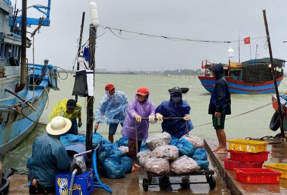 Quảng Nam: Miền núi yêu cầu sơ tán dân, suối bắt đầu chảy xiết - Ảnh 3.