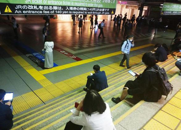 Thủ đô Tokyo rung chuyển bởi trận động đất 6,1 độ Richter, 250 tòa nhà mất điện - Ảnh 1.