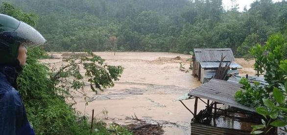 Mưa lớn làm ngập đường, sạt lở cô lập nhiều xã vùng cao Quảng Nam - Ảnh 4.