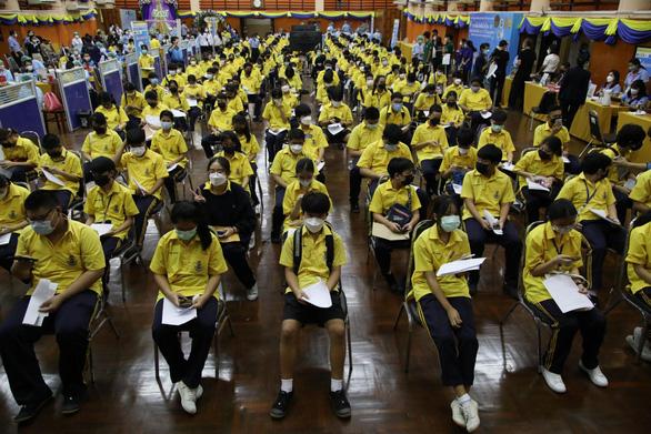 Gần 80% học sinh ở Thái Lan đăng ký tiêm vắc xin ngừa COVID-19 - Ảnh 1.