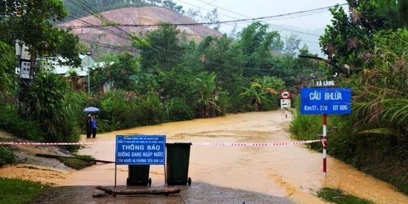 Mưa lớn làm ngập đường, sạt lở cô lập nhiều xã vùng cao Quảng Nam - Ảnh 3.
