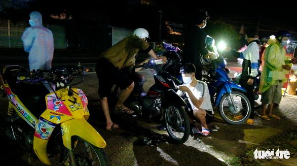 Đội SOS trắng đêm sửa xe miễn phí cho người về quê - Ảnh 3.