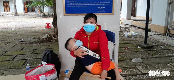Những đứa con chưa tròn tháng cùng mẹ vượt hàng trăm km về miền Tây - Ảnh 2.