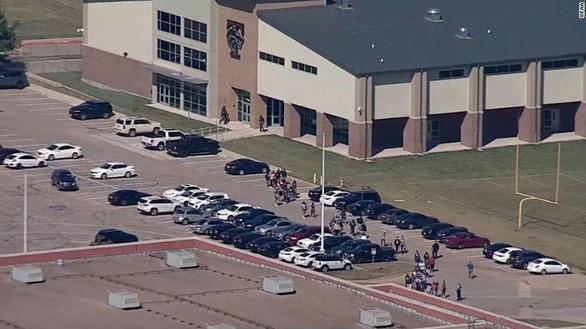 Bắt giữ nghi phạm xả súng ở trường trung học Mỹ - Ảnh 2.