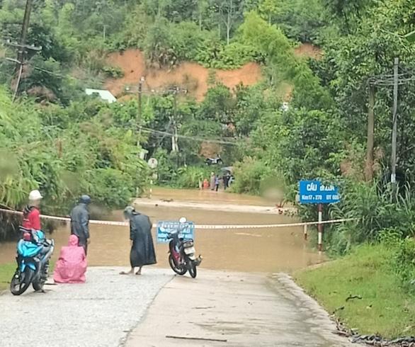 Mưa lớn làm ngập đường, sạt lở cô lập nhiều xã vùng cao Quảng Nam - Ảnh 1.