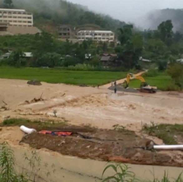 Mưa lớn làm ngập đường, sạt lở cô lập nhiều xã vùng cao Quảng Nam - Ảnh 2.