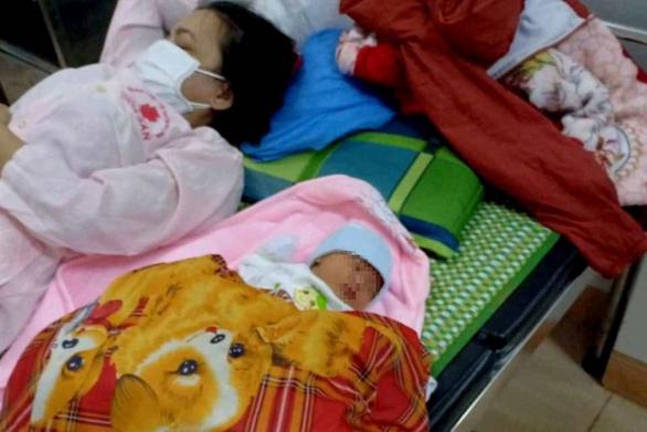 Thai phụ người Mông sinh con ngay bên đường khi về quê bằng xe máy - Ảnh 1.