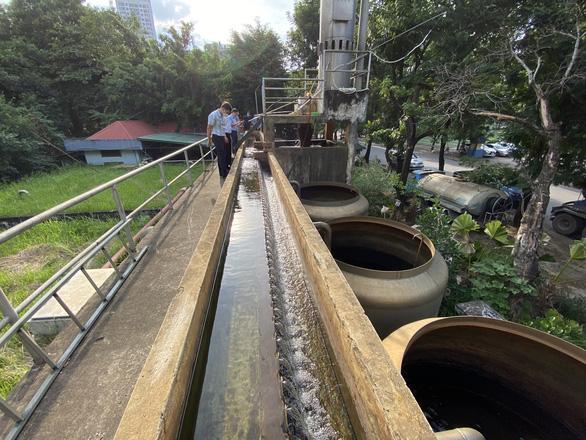 Tìm nguyên nhân nước sạch vàng khè, có giun ở khu đô thị Pháp Vân - Tứ Hiệp - Ảnh 2.