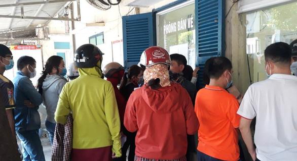 Khách dồn dập trả vé, Công ty đường sắt Sài Gòn hết sạch tiền trả lại khách - Ảnh 1.