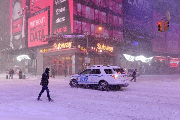 Bão tuyết lớn hoành hành ở Mỹ, New York ban bố tình trạng khẩn cấp - Ảnh 1.