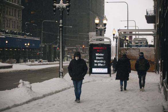 Bão tuyết lớn hoành hành ở Mỹ, New York ban bố tình trạng khẩn cấp - Ảnh 2.