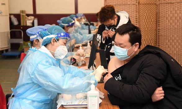 Trung Quốc bắt 80 người bán vắc xin COVID-19 giả - Ảnh 1.