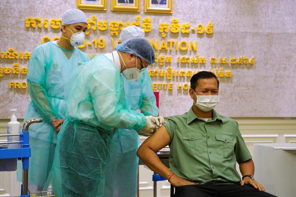 Con trai ông Hun Sen là người đầu tiên tiêm vắc xin từ Trung Quốc - Ảnh 1.