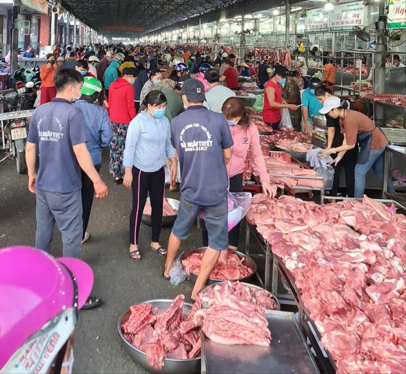 29 Tết, người dân ùn ùn đi mua thịt heo, giá sườn non tăng vun vút - Ảnh 2.