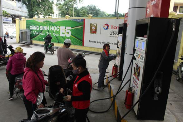 Chi mạnh quỹ bình ổn để giữ giá xăng dầu trước Tết Nguyên đán - Ảnh 1.