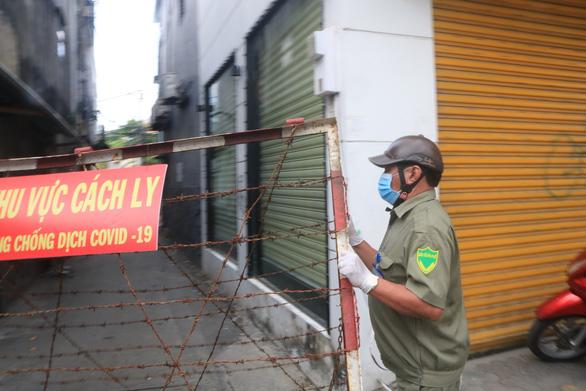 Quận Gò Vấp 'áp lực rất dữ' khi có tới 808 người làm ở sân bay Tân Sơn Nhất, xét nghiệm mỗi ngày - Ảnh 2.
