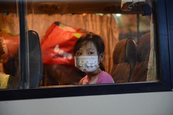 28 học sinh, phụ huynh Trường tiểu học Xuân Phương được về cách ly tại nhà - Ảnh 1.