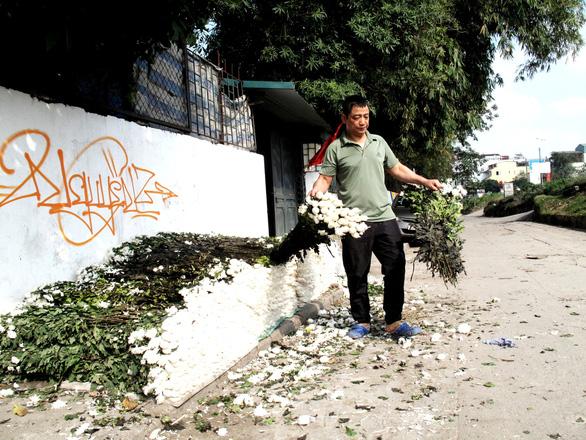 Hà Nội ngày 30 Tết: Đào, quất bung nở nhưng ít người mua, hoa tươi bỏ thối cả đống - Ảnh 6.