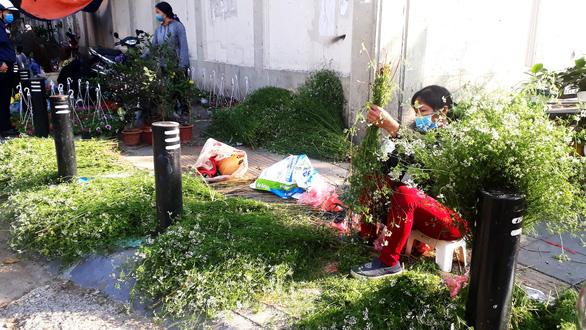 Hà Nội ngày 30 Tết: Đào, quất bung nở nhưng ít người mua, hoa tươi bỏ thối cả đống - Ảnh 5.