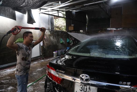Sát Tết, nghề rửa xe tất bật mà rủng rỉnh - Ảnh 4.