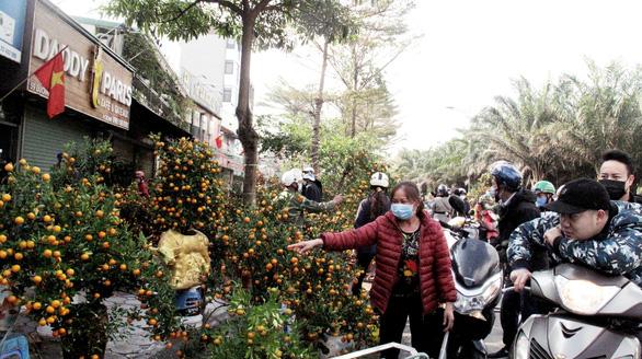 Hà Nội ngày 30 Tết: Đào, quất bung nở nhưng ít người mua, hoa tươi bỏ thối cả đống - Ảnh 2.