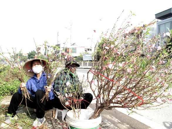 Hà Nội ngày 30 Tết: Đào, quất bung nở nhưng ít người mua, hoa tươi bỏ thối cả đống - Ảnh 4.