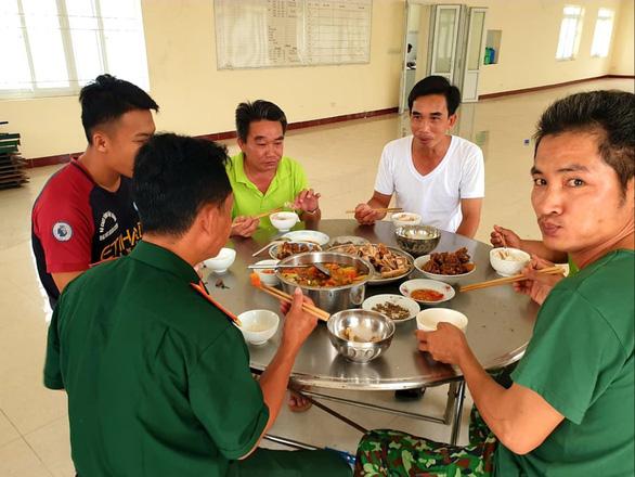 Bữa cơm ngày 30 Tết ở nơi cách ly đặc biệt - Ảnh 7.