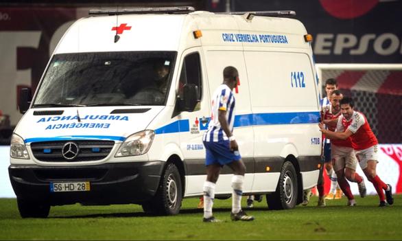 Video: Xe cấp cứu vào sân, cầu thủ phải đẩy ra - Ảnh 1.