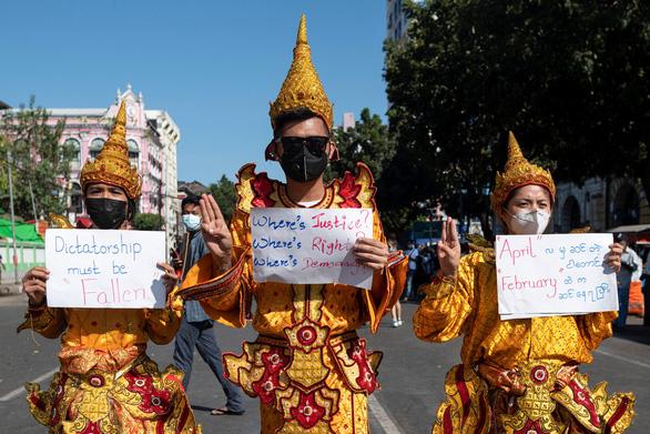 Vì sao dân Myanmar cởi trần, mặc bikini biểu tình trước Đại sứ quán Trung Quốc? - Ảnh 7.
