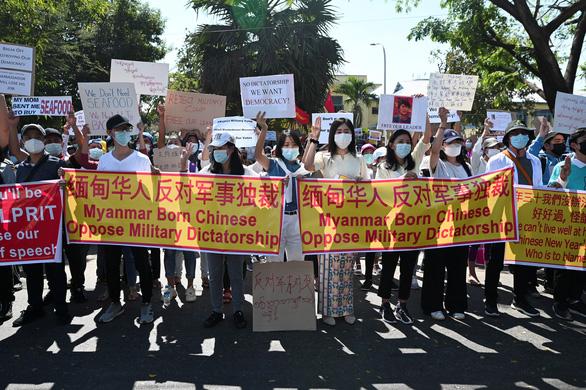 Vì sao dân Myanmar cởi trần, mặc bikini biểu tình trước Đại sứ quán Trung Quốc? - Ảnh 3.