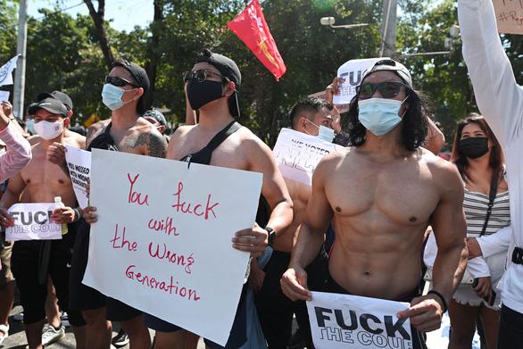 Vì sao dân Myanmar cởi trần, mặc bikini biểu tình trước Đại sứ quán Trung Quốc? - Ảnh 5.