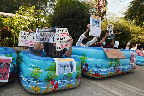 Vì sao dân Myanmar cởi trần, mặc bikini biểu tình trước Đại sứ quán Trung Quốc? - Ảnh 9.