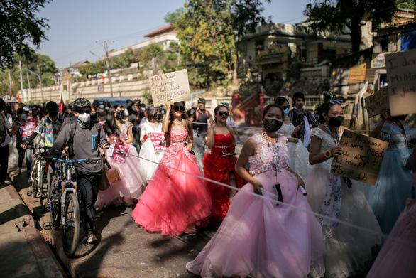 Vì sao dân Myanmar cởi trần, mặc bikini biểu tình trước Đại sứ quán Trung Quốc? - Ảnh 8.