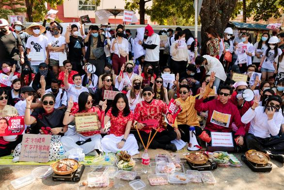 Vì sao dân Myanmar cởi trần, mặc bikini biểu tình trước Đại sứ quán Trung Quốc? - Ảnh 4.